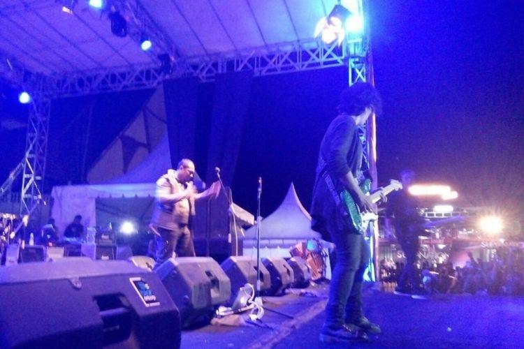 Viky Sianipar dan Tongam Sirait tampil bersama di panggung Tobatak Festival 2017 di Kabupaten Samosir, Sumatera Utara, Sabtu (12/8/2017) malam.
