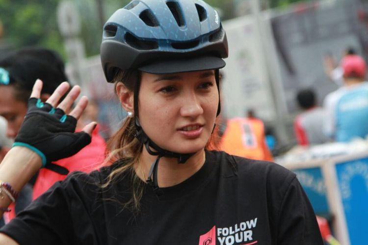 Nadine Chandrawinata mengikuti kampanya gerakan #BebasButaHuruf di kawasan Sudirman, Jakarta Pusat, Minggu (13/8/2017). Kampanye iitu diinisiasikan oleh Komunitas Taman Bacaan Pelangi dan Sea Soldier.