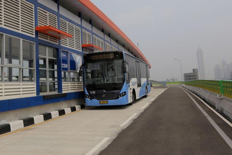 Bus transjakarta melintas di koridor 13 Cileduk - Tendean, Jakarta Selatan, Senin (14/8/2017).