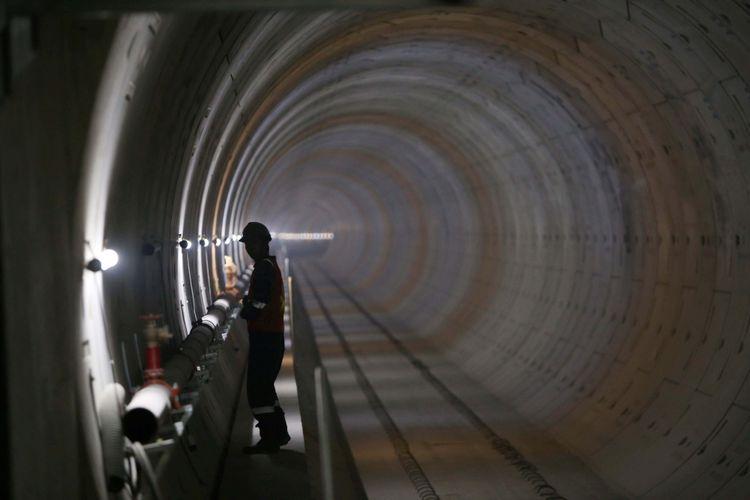 Aktivitas pekerja menyelesaikan pembangunan Stasiun Depo angkutan massal cepat (Mass Rapid Transit/MRT)  Senayan, Jakarta, Senin (14/8/2017).Pengerjaan proyek MRT fase pertama ini diperkirakan rampung pada tahun 2019.