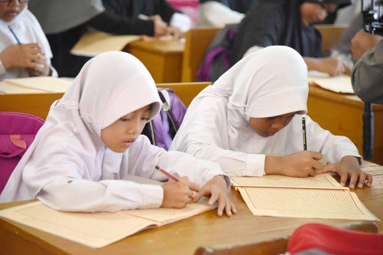 Pemerintah Kabupaten Purwakarta akan menerapkan full fay scholl berbasis madrasah dan pesantren. Peserta didik nantinya akan menerima pelajaran agama dari madrasah atau pesantren yang terintegrasi dengan sekolah umum.