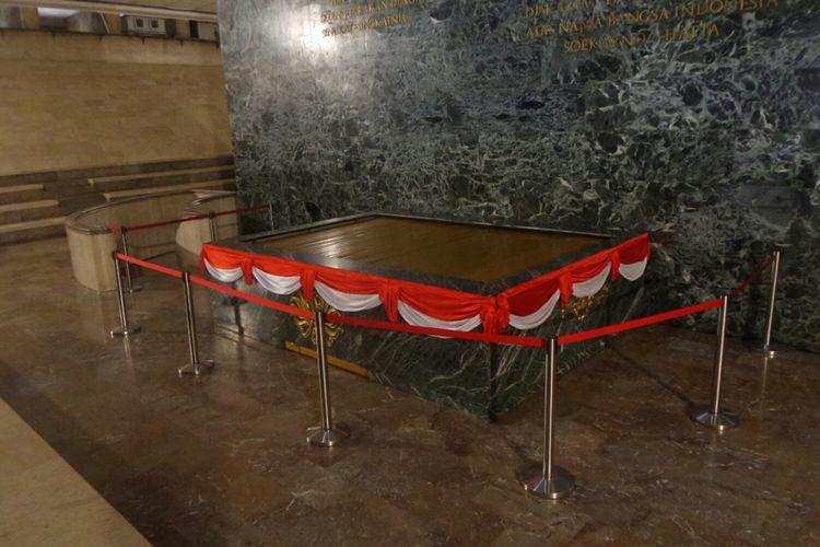 Tempat penyimpanan bendera pusaka di Ruang Kemerdekaan, cawan Tugu Monas.