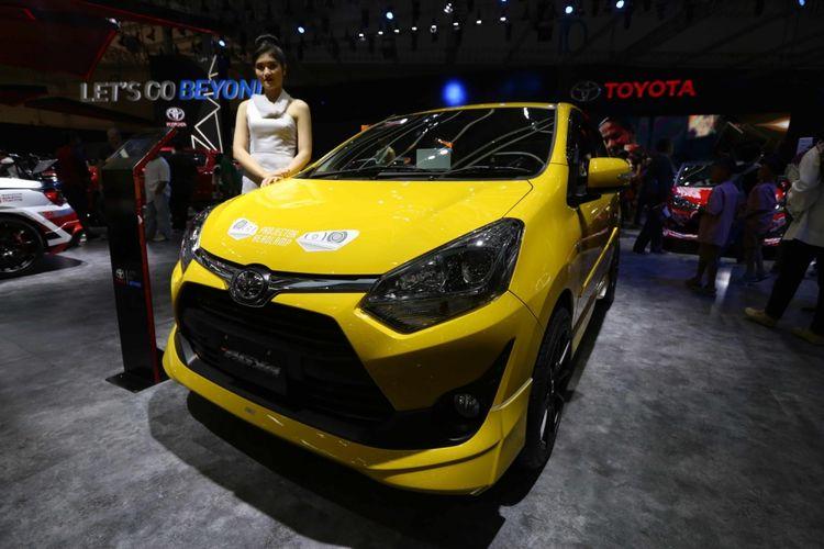 Toyota Agya dipamerkan saat acara Gaikindo Indonesia International Auto Show (GIIAS) 2017 di Indonesia Convention Exhibition (ICE), BSD City, Tangerang, Banten, Sabtu (19/8/2017). Menjelang penutupan GIIAS stan Toyota memberikan potongan harga hingga lima juta rupiah.