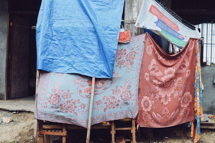Tempat pengungsian sementara berada di beranda luar ruang kelas yang digunakan pengungsi Marawi sebagai rumah.