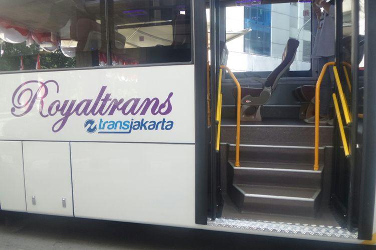 Bus Royaltrans milik PT Transjakarta yang rencananya digunakan untuk melayani warga perumahan. Foto diambil di Kementerian Perhubungan, Kamis (24/8/2017).