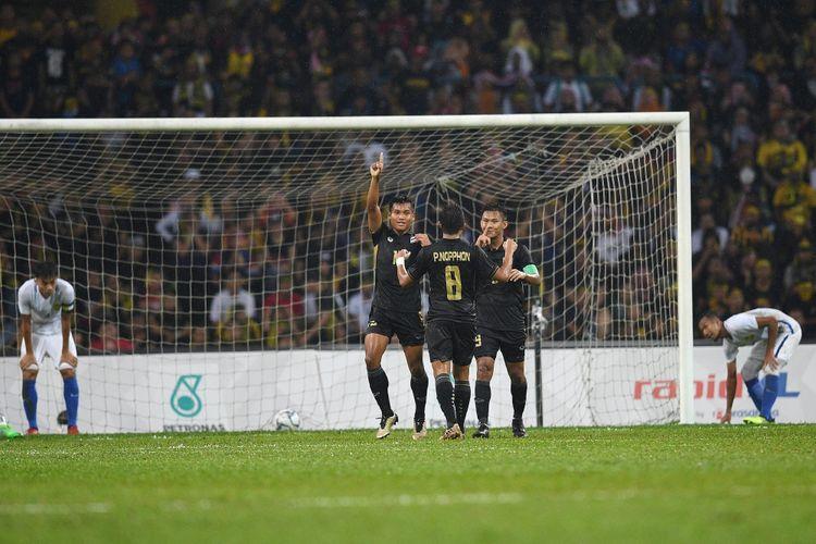 Pemain Thailand, Nopphon Phonkam (tengah) dan Chenrop Samphaodi (kanan) melakukan selebrasi setelah mencetak gol ke gawang Malaysia pada final sepak bola SEA Games 2017 di Stadion Shah Alam, Selasa (29/8/2017).