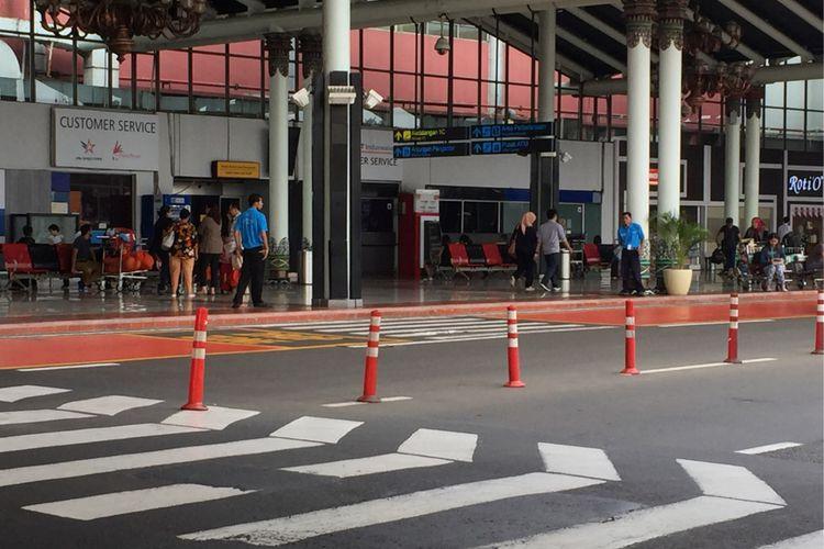 Sejumlah petugas airport helper bekerja di area Terminal 1 Bandara Soekarno-Hatta, Tangerang, Sabtu (2/9/2017). Para porter kini berubah menjadi airport helper dan pengumpul troli, sehingga mereka kini digaji dan tidak diperbolehkan menerima uang tip.