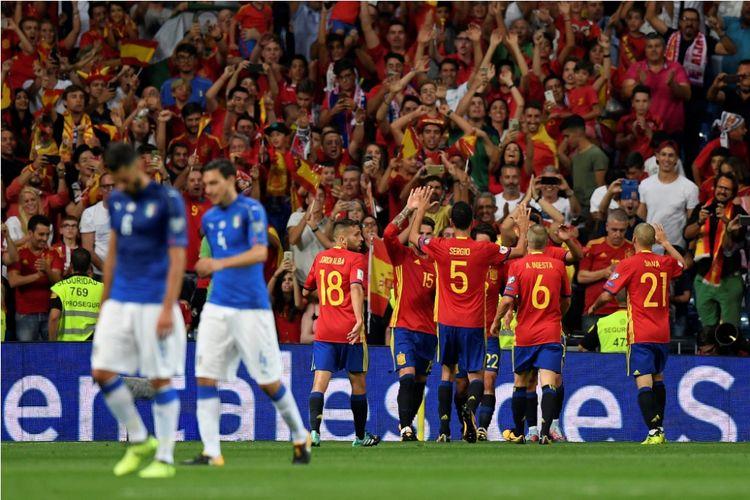 Para pemain timnas Spanyol (merah) merayakan gol Isco ke gawang Italia pada laga Grup G Kualifikasi Piala Dunia 2018 zona Eropa di Stadion Santiago Bernabeu, Sabtu (2/8/2017).