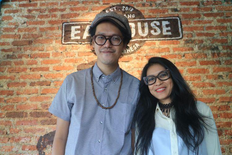 Endah N Rhesa di kedai kopi miliknya, Earhouse, Pamulang, Tangerang Selatan, Senin (4/9/2017).