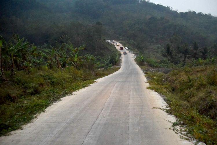 Jalan baru berbeton dengan lebar 12 meter di wilayah Kecamatan Sukasari memudahkan akses jalan di wilayah yang dulu terisolir di Kabupaten Purwakarta.