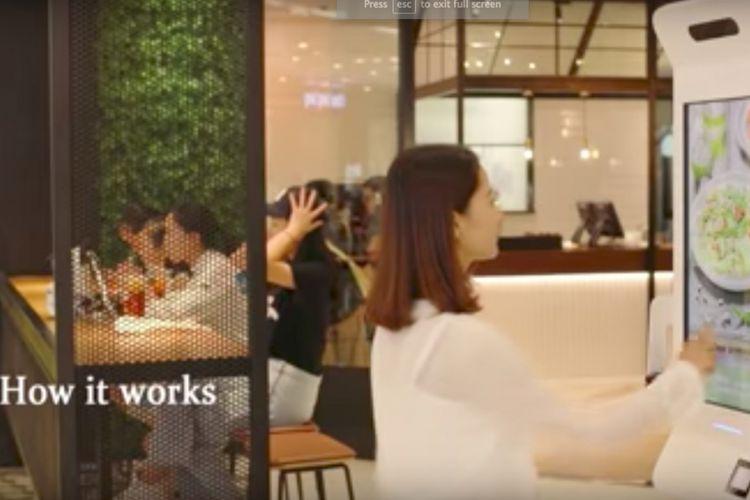 Potongan klip video demonstrasi cara kerja sistem Smile to Pay dari Ant Financial.