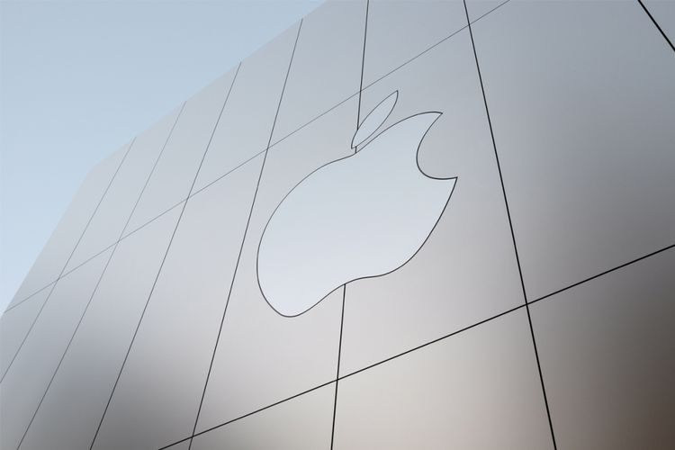 Logo Apple terpampang di tepi gedung Apple Store Union Square, San Francisco, Amerika Serikat.