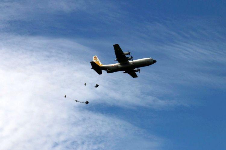 Pesawat Hercules C-130 menjalankan operasi dukungan dengan menurunkan logistik yang diperlukan pasukan dengan parasut. Operasi ini dilakukan sebagai bagian penguasaan kembali wilayah dalam Latihan Jalak Sakti yang diselenggarakan Komando Operasi TNI AU I di Air Weapon Range (AWR) Buding, Belitung Timur, Provinsi Bangka Belitung, Selasa (31/5/2016). Dalam latihan ini, diskenariokan satu wilayah Indonesia dikuasai musuh dan direbut kembali prajurit TNI AU.