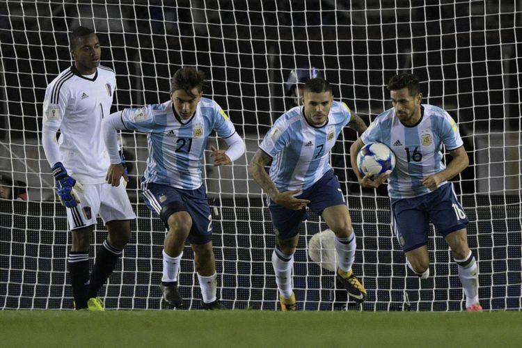 Pemain Argentina, Lautaro Acosta (kanan), Mauro Icardi (tengah), dan Paulo Dybala, berlari merayakan gol mereka ke gawang Venezuela dalam partai Kualifikasi Piala Dunia 2018 di Stadion Monumental, Buenos Aires, 5 September 2017.