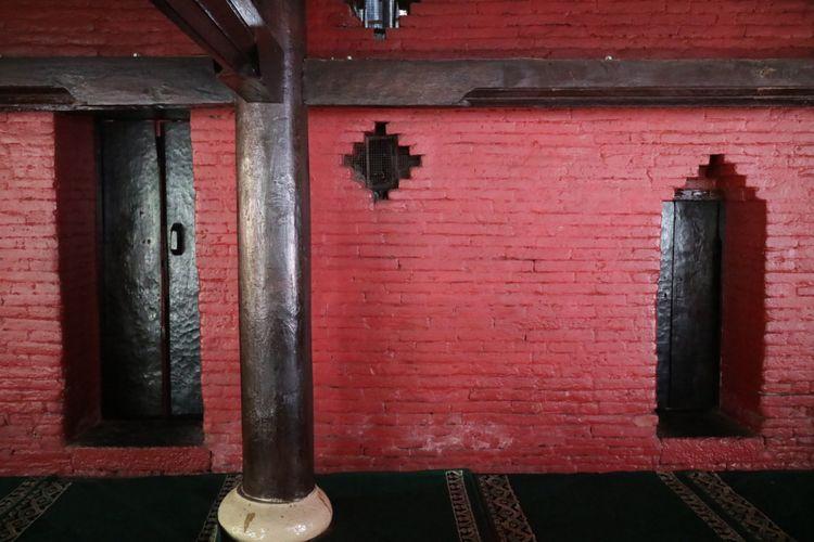 Pintu masuk ruangan dalam Masjid Agung Sang Cipta Rasa, Cirebon, ada yang pendek satu meter, ada yang dua meter tingginya.