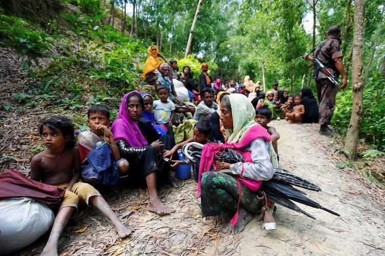 Warga Rohingya duduk di wilayah Bangladesh akibat tidak diizinkan masuk oleh Garda Perbatasan Bangladesh (BGB), untuk masuk Bangladesh, di Cox Bazar, Bangladesh, Senin (28/8/2017).