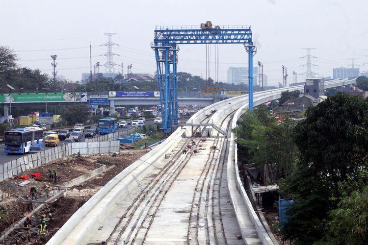 Suasana pembangunan proyek kereta ringan atau (Light Rail Transit) di samping tol Jagorawi , Jakarta Timur, Kamis (7/9).  Dalam pembangunan tahap pertama, akan ada tiga rute yang terhubung, yakni Cibubur-Cawang sepanjang 14,5 km, Bekasi Timur-Cawang sepanjang 17,1 km dan Cawang-Dukuh Atas sepanjang 10,5 km. Pada akhir tahun 2017, pembangunan proyek LRT ditarget akan mencapai 45 persen. ANTARA FOTO/Yulius Satria Wijaya/pras/17. *** Local Caption *** .