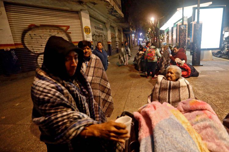 Orang-orang berkumpul di jalanan di Mexico City, Jumat (8/9/2017), setelah gempa menggoncang Meksiko pada Rabu sebelumnya.