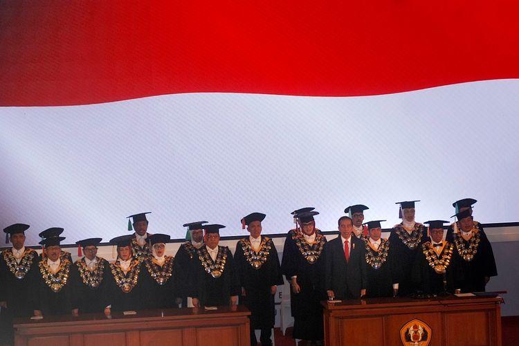 Presiden Joko Widodo (kedua kanan depan) menghadiri Puncak Peringatan Dies Natalis ke-60 Universitas Padjadjaran (Unpad) di Bandung, Jawa Barat, Senin (11/9). Selain memberikan orasi ilmiah, Presiden mendapatkan Anugerah Padjadjaran Utama oleh Rektor Unpad.