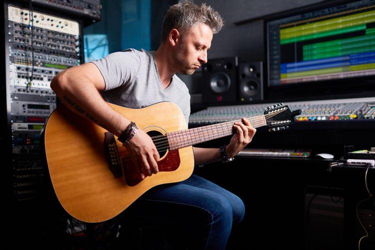 Ilustrasi foto aktivitas bermain gitar