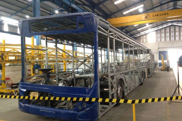 Proses pembuatan body Laksana Bus.