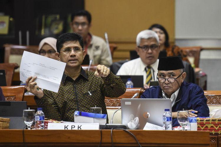 Ketua KPK Agus Rahardjo (kanan) bersama Wakil Ketua KPK Laode M Syarif mengikuti rapat dengar pendapat dengan Komisi III DPR di Kompleks Parlemen Senayan, Jakarta, Selasa (12/9/2017). RDP tersebut membahas mekanisme dan tata kerja di Direktorat Pengaduan Masyarakat (Dumas) KPK. ANTARA FOTO/Hafidz Mubarak A/Spt/17