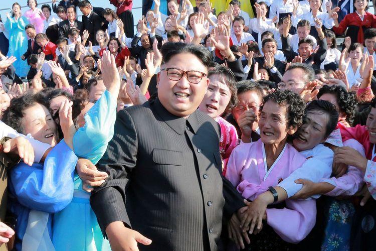 Pemimpin Korea Utara Kim Jong Un bertemu dengan para pendukung dalam foto tidak bertanggal yang disiarkan oleh Pusat Agensi Berita Korea Utara (KCNA) di Pyongyang, Selasa (12/9). ANTARA FOTO/REUTERS/KCNA/cfo/17