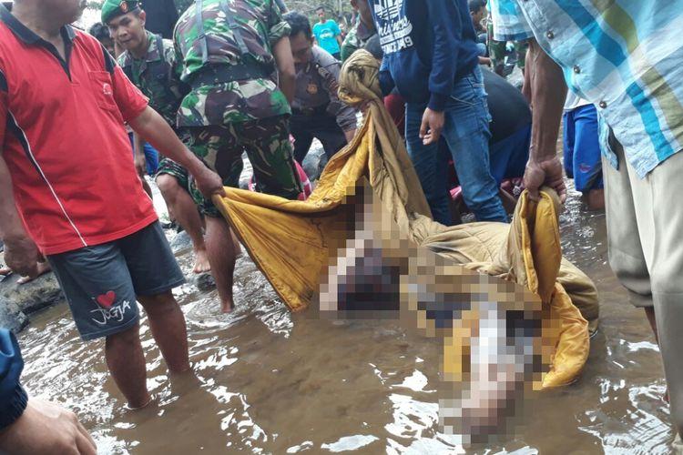 Salah satu mayat yang ditemukan di Sungai Klawing, Desa Palumbungan, Kecamatan Bobotsari, Purbalingga, Jawa Tengah, Senin (11/9/2017).