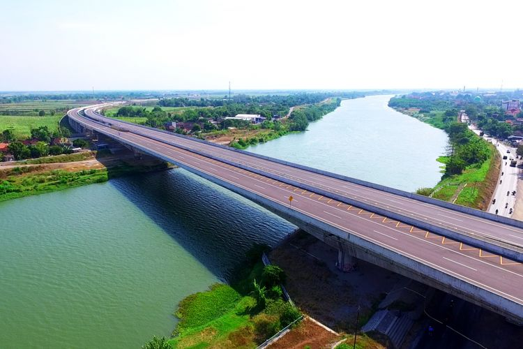 Jembatan Brantas di Jalan Tol Jombang-Mojokerto.