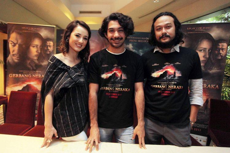 Pemeran Film Gerbang Neraka Julie Estelle (kiri), Reza Rahadian (tengah) dan Dwi Sasono (kanan) berfoto bersama saat menghadiri peluncuran film Gerbang Neraka di Jakarta, Rabu (13/9/2017). Film Gerbang Neraka merupakan film dengan genre horor arahan Sutradara Rizal Mantovani yang mengambil latar belakang situs Gunung Padang di Cianjur Jawa Barat dan akan dirilis secara serentak di seluruh bioskop pada 20 September mendatang.