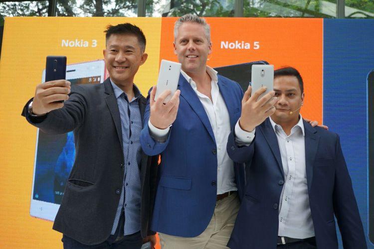Country manager HMD global Mark Trundle (tengah), APAC head of marketing HMD global Shane Chiang (kiri) dan master trainer HMD global Indonesia, Irvan ridha.