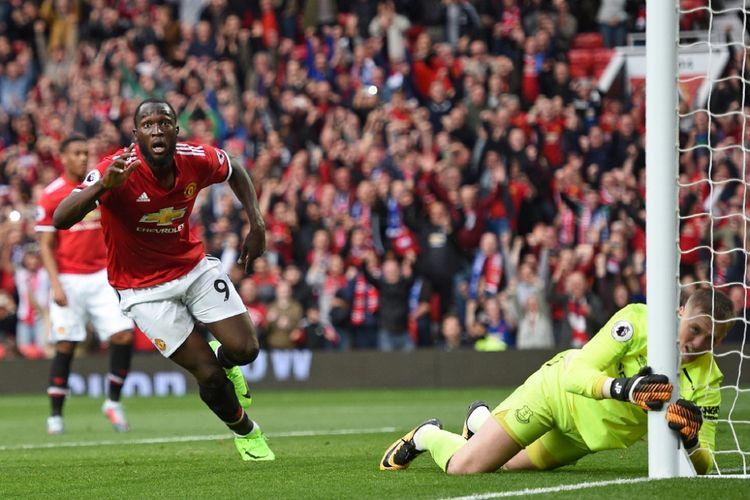 Romelu Lukaku mencetak gol Manchester United ke gawang Everton pada partai lanjutan Premier League, kasta pertama Liga Inggris, di Stadion Old Trafford, Minggu (17/9/2017).