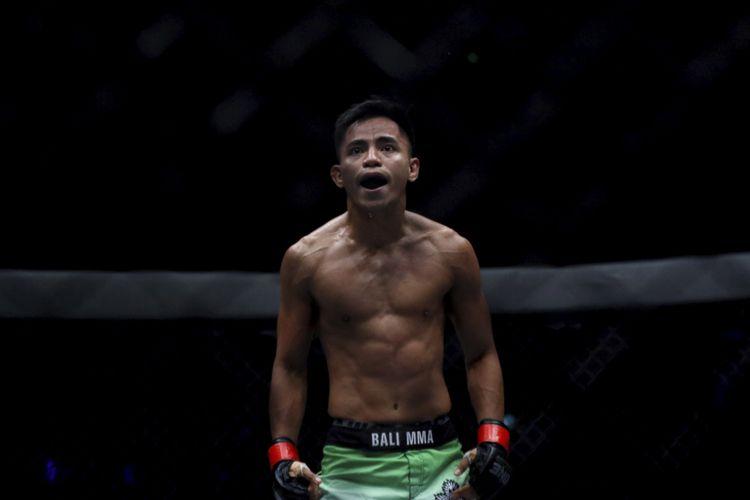 Petarung Stefer Rahardian berselebrasi setelah menang bertanding melawan petarung Sim Bunsrun pada pertandingan ONE: Total Victory di Jakarta Convention Center, Sabtu (16/9/2017).