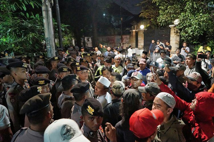 Puluhan massa mengepung kantor Yayasan Lembaga Bantuan Hukum Indonesia (YLBHI) di kawasan Menteng, Jakarta Pusat, pada Minggu (17/9/2017) hingga Senin (18/9/2017) dini hari.   Awalnya, sekitar pukul 21.30, puluhan massa tanpa spanduk dan atribut aksi menggelar unjuk rasa di depan kantor YLBHI.  Mereka berorasi, meminta pihak YLBHI menghentikan acara yang digelar di dalam gedung sejak sore. Mereka menuding acara tersebut merupakan sebuah diskusi soal kebangkitan Partai Komunis Indonesia (PKI). Tidak hanya berorasi, mereka juga meminta untuk masuk ke dalam kantor YLBHI  Ganyang PKI! Ganyang PKI, teriak puluhan massa aksi itu.