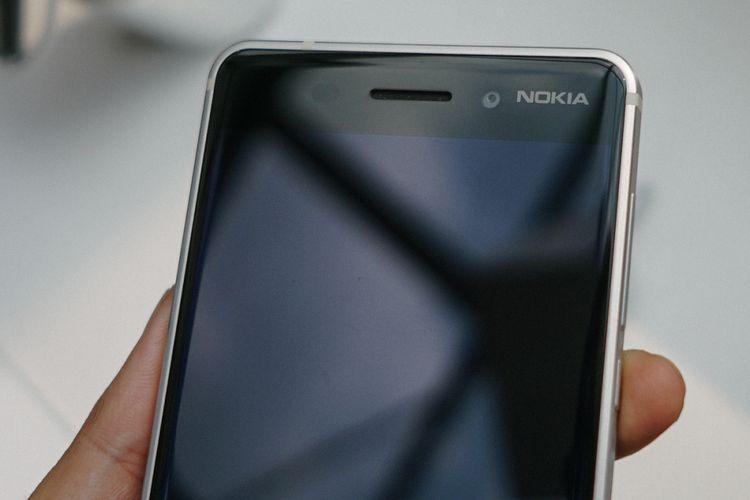 Logo Nokia bertengger di sisi depan, di sebelah unit kamera depan 8 megapiksel milik Nokia 6.