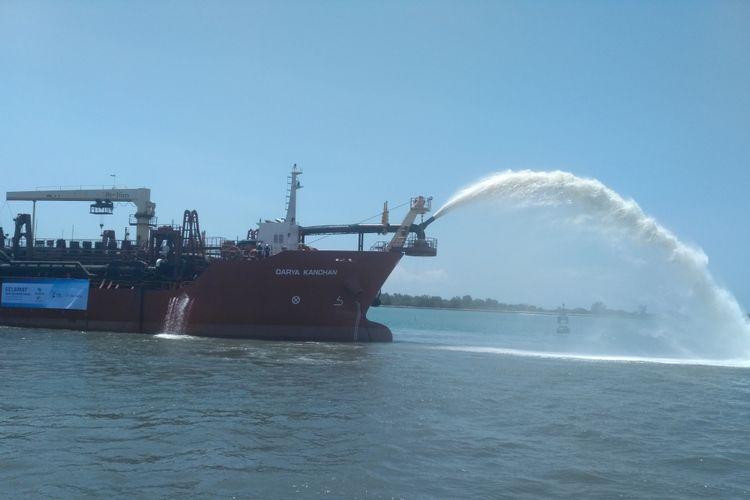 Sebuah kapal keruk beroperasi untuk memperluas kolam dan alur pelayaran di Pelabuhan Benoa, Senin (18/9/2017).