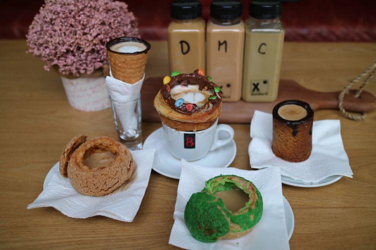 Varian menu unik yang bisa disajikan X Coffee, Tendean, Jakarta. Anda bisa mencoba latte dengan wadah cone, cookies, dan choux atau kue sus, juga ada kopi dengan rasa durian, mangga, dan cocopandan.