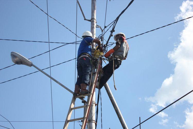 Ilustrasi: Karyawan PT PLN sedang memperbaiki jaringan listrik di Nunukan.