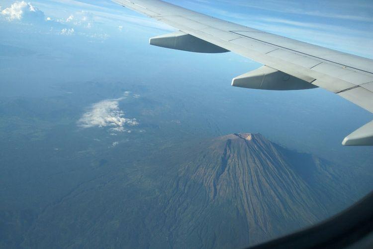 Pesawat terbang melintasi Gunung Agung Bali, beberapa waktu lalu. AirNav melakukan antisipasi terkait naiknya status gunung ini menjadi awas.