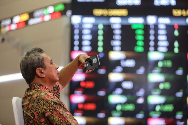 Pengunjung memotret pergerakan Indeks Harga Saham Gabungan (IHSG) di Bursa Efek Indonesia, Jakarta, Senin (25/9/2017).