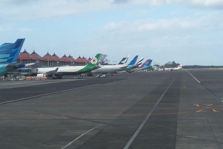Berbagai maskapai terparkir di Bandara Ngurah Rai Bali, Senin (25/9/2017)