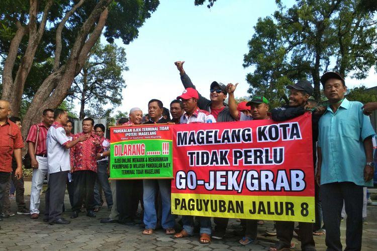 Para awak angkot mendatangi kantor Pemkot Magelang menolak ojek dan taksi online, Kamis (28/9/2017).