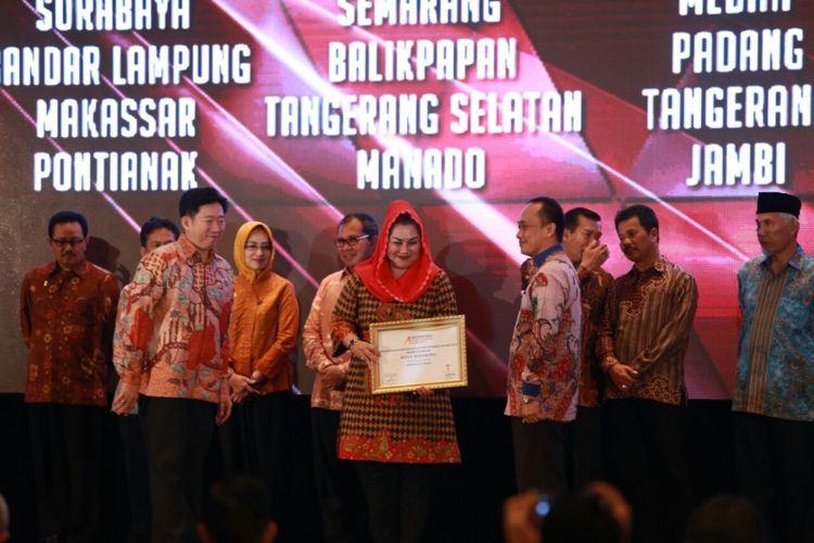Pemkot Semarang menerima penghargaan dari Tempo Group dalam gelaran Indonesias Attractiveness Award 2017 yang diwakili Wakil Wali Kota Semarang Hevearita Gunaryati Rahayu, Jumat (29/9/2017)