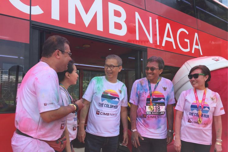 Presiden Direktur CIMB Niaga Tigor M Siahaan dan Direktur Utama PT Transjakarta Budi Kaliwono berfoto di depan bus tingkat sumbangan CIMB Niaga untuk bus wisata di Senayan, Minggu (1/10/2017).
