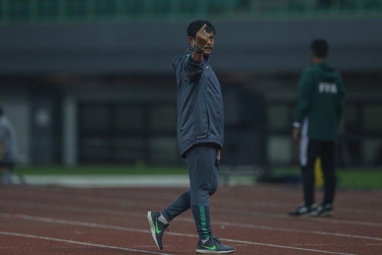 Pelatih timnas Indonesia, Indra Sjafri saat pertandingan timnas Indonesia U-19 melawan timnas Kamboja U-19 di Stadion Patriot Candrabaga, Bekasi, Jawa Barat, Rabu (4/10/2017). Timas Indonesia U-19 Menang 2-0 melawan Timnas Kamboja U-19.