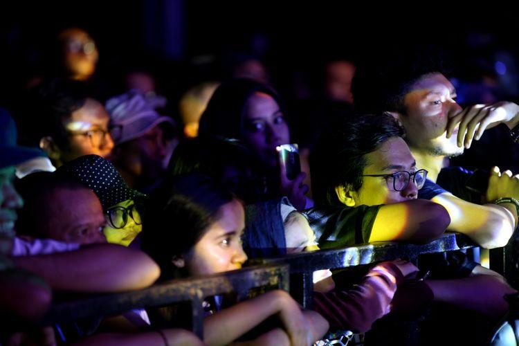 Pengunjung menyaksikan penampilan musisi Ebiet G Ade di Syncronize Fest 2017 di Gambir Expo Kemayoran, Jakarta, Sabtu (7/10/2017). Festival musik yang berlangsung selama tiga hari hingga Minggu (8/10/2017) tersebut menampilkan beberapa musisi di antaranya ada Bangkutaman, Jason Ranti, Adhitya Sofyan, Float, Pee Wee Gaskin, Indische Party, dan Hello Dangdut. KOMPAS IMAGES/KRISTIANTO PURNOMO