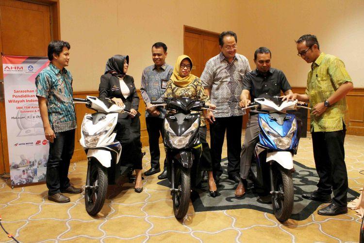 Tiga SMK TSM Astra Honda menerima bantuan unit sepeda motor dari AHM.