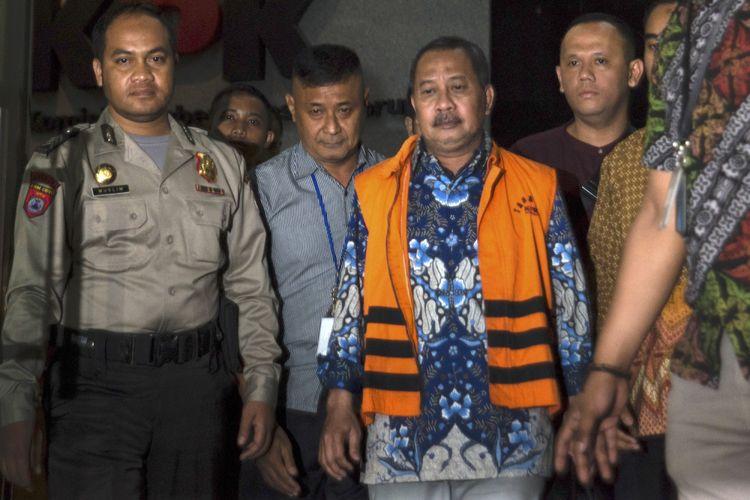 Ketua Pengadilan Tinggi Manado Sudiwardono (tengah) berjalan keluar menggunakan rompi tahanan usai diperiksa di gedung KPK, Jakarta, Minggu (8/10) dini hari. KPK melakukan penahanan usai operasi tangkap tangan (OTT) terhadap Ketua Pengadilan Tinggi Manado Sudiwardono dan Anggota DPR Komisi XI dari Fraksi Partai Golkar Aditya Moha atas kasus dugaan suap hakim untuk mengamankan putusan banding Marlina Moha yang merupakan ibu dari Aditya Moha. ANTARA FOTO/Rosa Panggabean/wsj/17.