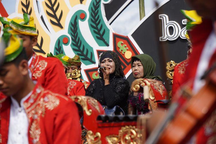 Gandrung Supinah dan Gandrung Temu Musti (kerudung hijau) saat tampil di Festival Gandrung Sewu 2017
