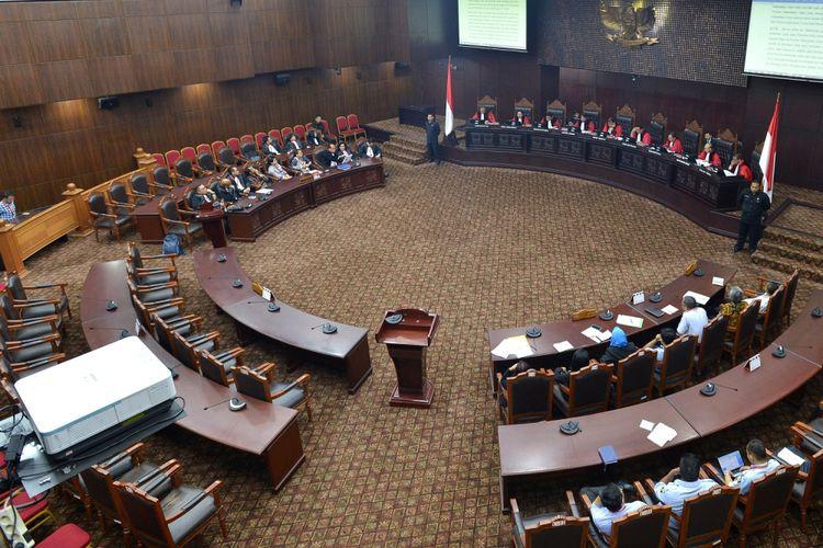 Suasana persidangan dengan agenda pembacaan putusan di gedung Mahkamah Konstitusi, Jakarta, Selasa (10/10). Dalam sidang tersebut Mahkamah Konstitusi memutus lima perkara yakni Pengujian UU tentang Narkotika, pengujian UU No.8 Tahun 1981 Pasal 83 ayat (1) dan Pasal 197 ayat (1) tentang Hukum Acara Pidana, Pajak Daerah dan Retribusi Daerah, Pajak Daerah dan Retribusi Daerah, dan pengujian Pasal 255 ayat (1) dan ayat (2) UU No.17 Tahun 2014 tentang MPR, DPR, DPD dan DPRD. ANTARA FOTO/Wahyu Putro A/kye/17